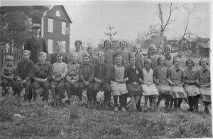 Tack till Mildred Mårtensson som hjälpt oss att identifiera barnen på bilden.